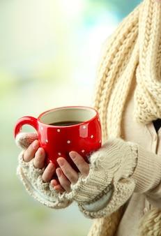 Kobiece dłonie z gorącym napojem