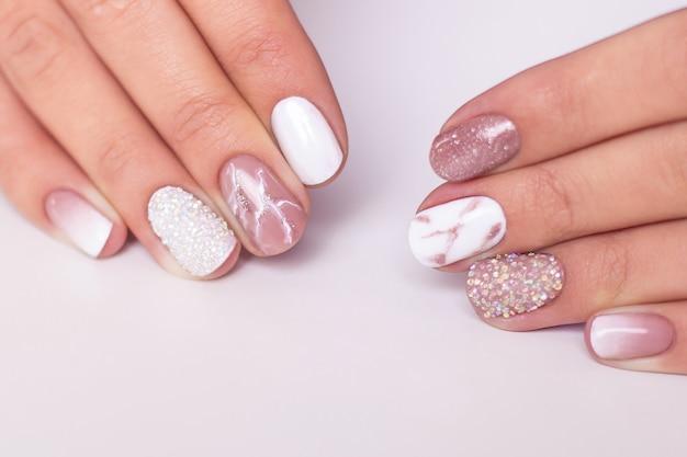 Kobiece dłonie z luksusowymi paznokciami do manicure