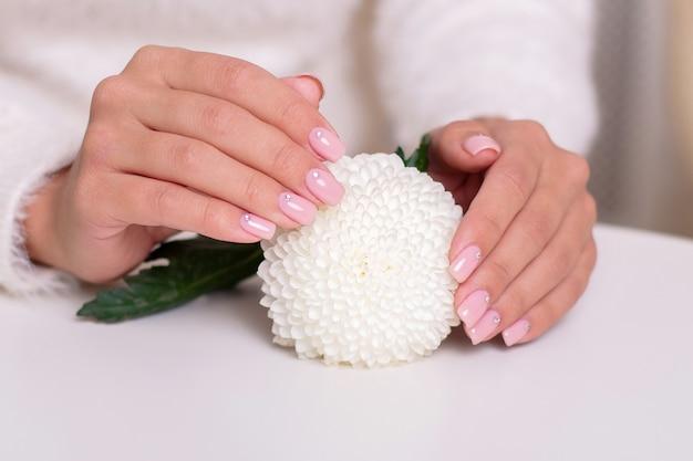 Kobiece dłonie z nagich paznokci manicure