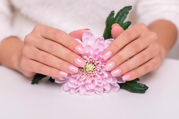 Kobiece dłonie z paznokci manicure