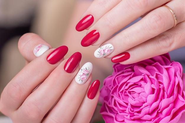 Kobiece dłonie z różowym manicure