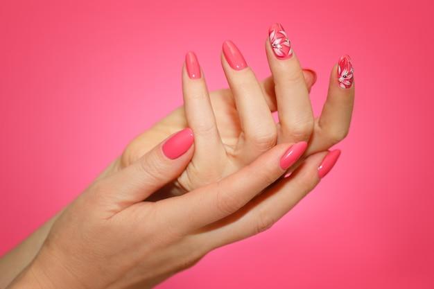 Kobiece dłonie z różowym nailart