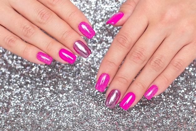Kobiece dłonie z uroczysty manicure paznokci