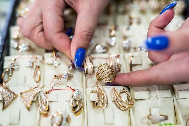 Kobiece dłonie ze złotą biżuterią z bliska