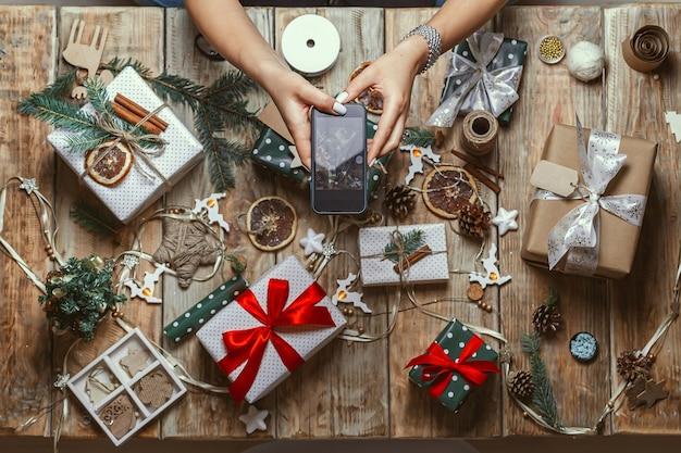 Kobiece dłonie zrobić zdjęcie z telefonu komórkowego dekoracji świątecznych