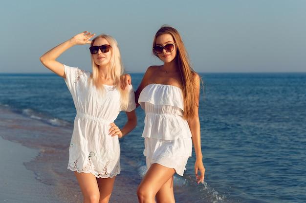 Kobiece koleżanki na wakacjach