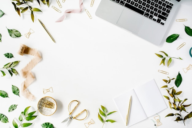 Kobiece miejsce do pracy w domowym biurze z laptopem, notebookiem i akcesoriami