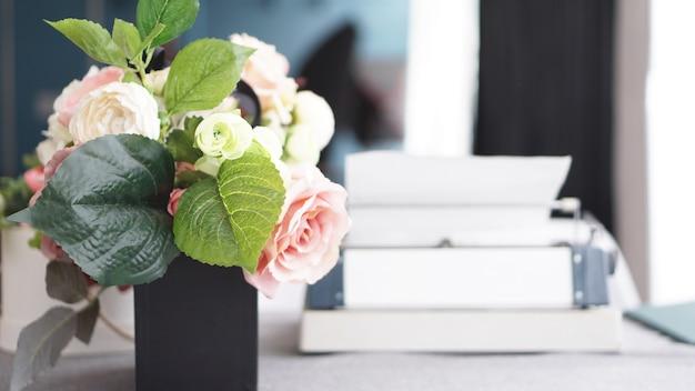 Kobiece miejsce pracy z bukietem kwiatów na białym tle. biurko damskie.
