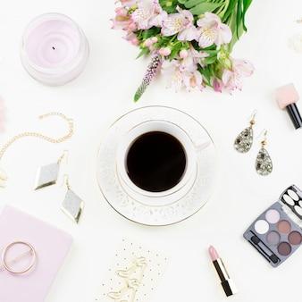 Kobiece mieszkanie leżało z modnymi akcesoriami dla kobiet, bielizną, biżuterią, kosmetykami, kawą i kwiatami. widok z góry