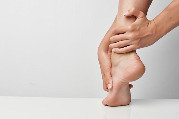 Kobiece nogi masaż ból stawów zbliżenie uraz
