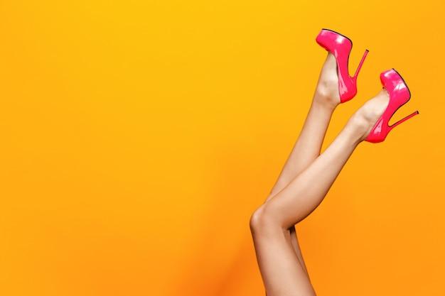 Kobiece nogi na sobie różowe letnie buty na obcasie