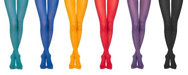 Kobiece nogi w kolorowe rajstopy na białym tle
