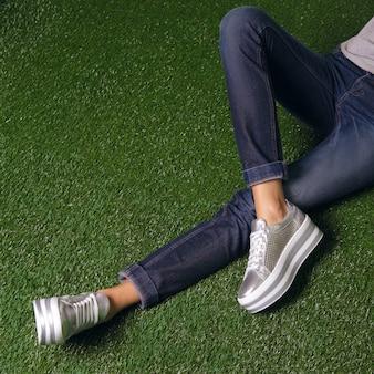 Kobiece nogi w wygodnych miejskich tenisówkach.