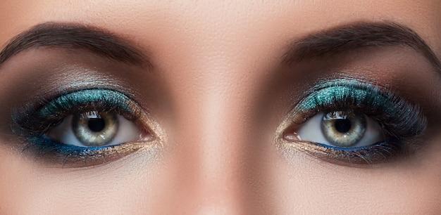 Kobiece oczy z pięknym makijażem
