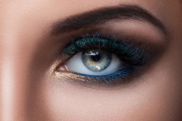 Kobiece oko z pięknym makijażem