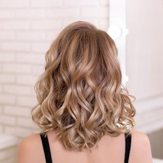 Kobiece plecy z naturalnymi blond włosami