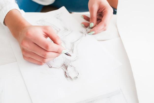 Kobiece projektant mody szkicowanie w warsztacie