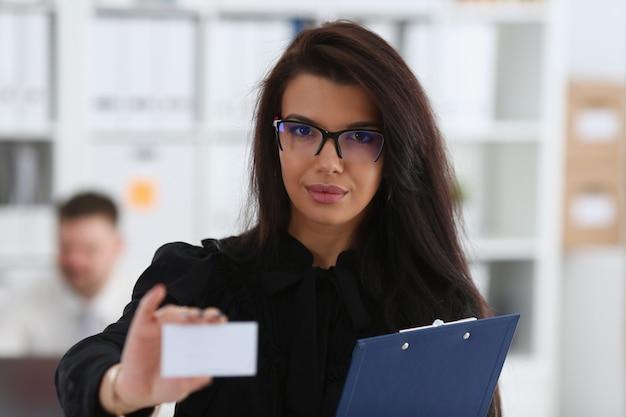 Kobiece ramię daje odwiedzającemu pustą kartę telefoniczną