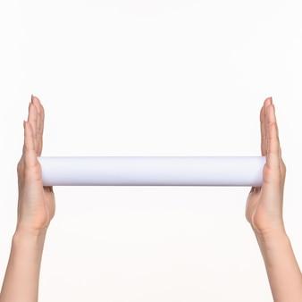 Kobiece ręce cylindra na białym tle