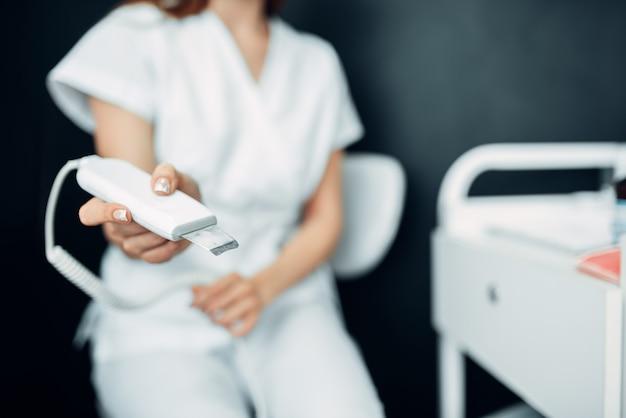 Kobiece ręce kosmetyczka przygotowuje sprzęt