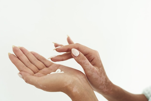 Kobiece ręce kremem, na białym tle.