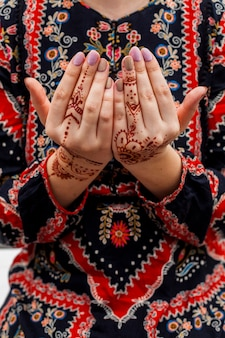 Kobiece ręce malowane mehndi