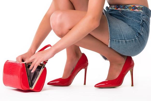 Kobiece ręce otwierające torebkę