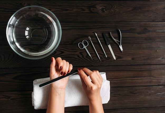 Kobiece ręce przygotowane do manicure