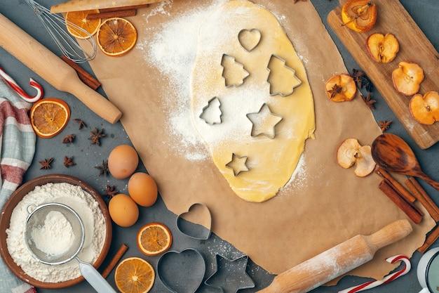 Kobiece ręce robią ciasteczka ze świeżego ciasta w domu