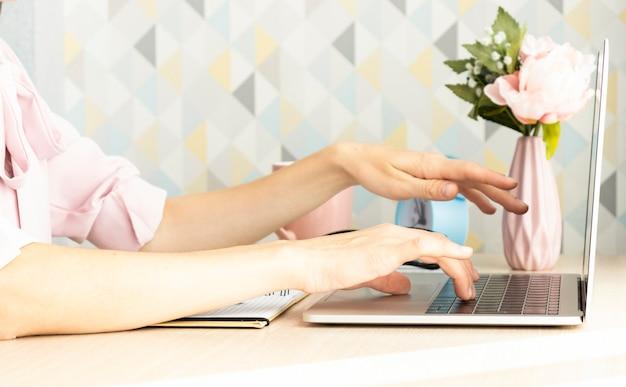 Kobiece ręce robią zdjęcia pisania na laptopie