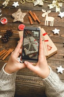 Kobiece ręce robienie zdjęć akcesoria świąteczne