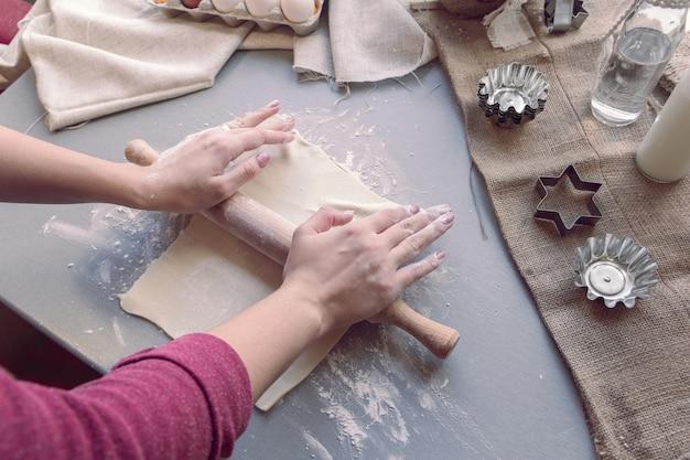 Kobiece ręce rozwałkować ciasto