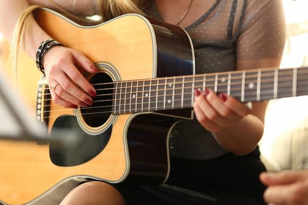 Kobiece ręce trzyma western i gra