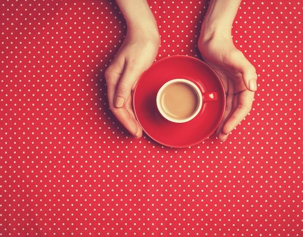 Kobiece ręce trzymając filiżankę kawy