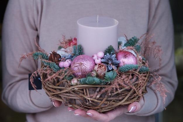 Kobiece ręce trzymając nowy rok skład gałęzi jodły