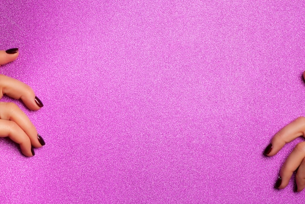 Kobiece ręce trzymając puste tło shimmer fioletowy papier.