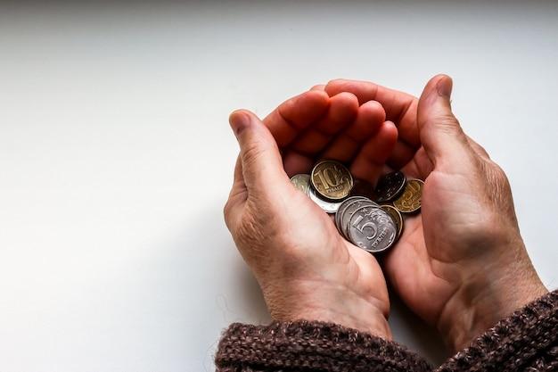 Kobiece ręce trzymając rosyjskie monety.