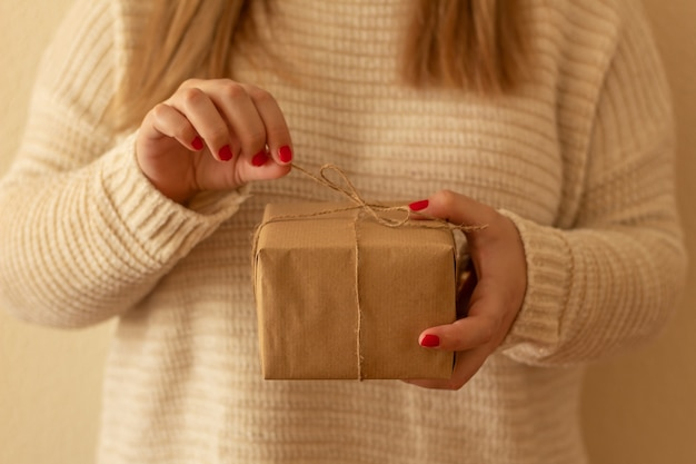 Kobiece ręce trzymające rustykalne zdobione