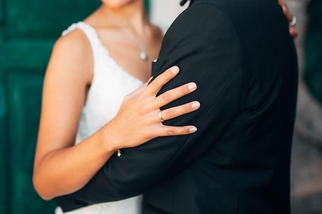 Kobiece ręce z bliska na zewnątrz
