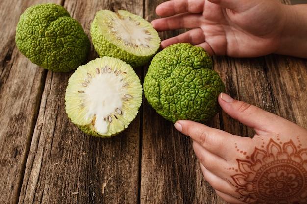 Kobiece ręce z mehendi biorąc zbliżenie osage pomarańczowy