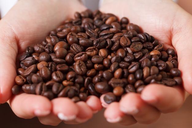 Kobiece ręce z ziaren kawy