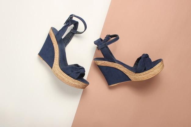 Kobiece sandały na platformie na kolorowym stole. na formularzu. modne buty letnie