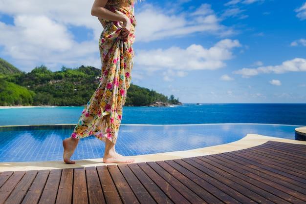 Kobiece spacery na palcach wzdłuż basenu bez krawędzi