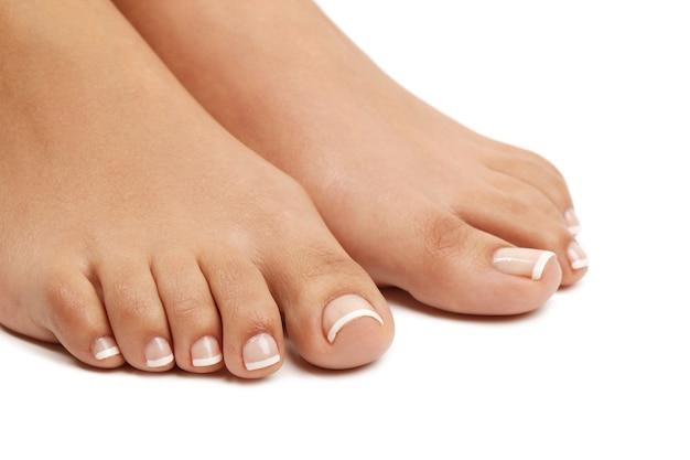 Kobiece stopy boso. koncepcja pedicure