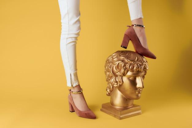 Kobiece stopy gipsowa głowa pozowanie buty moda