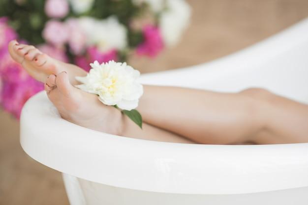 Kobiece stopy w wannie. spa dla stóp