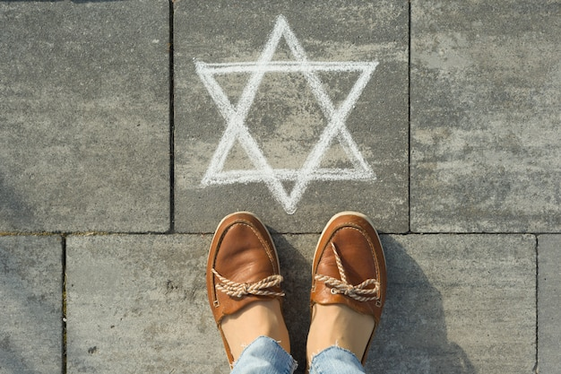 Kobiece stopy z abstrakcyjnym wizerunkiem sześcioramiennej gwiazdy