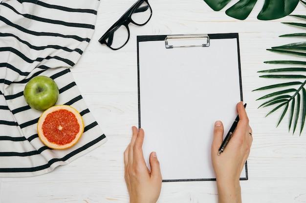 Kobiece strony pisanie tekstu w notatniku. styl życia lub koncepcja biznesowa.
