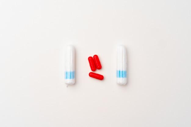 Kobiece tampony medyczne i tabletki przeciwbólowe widok z góry