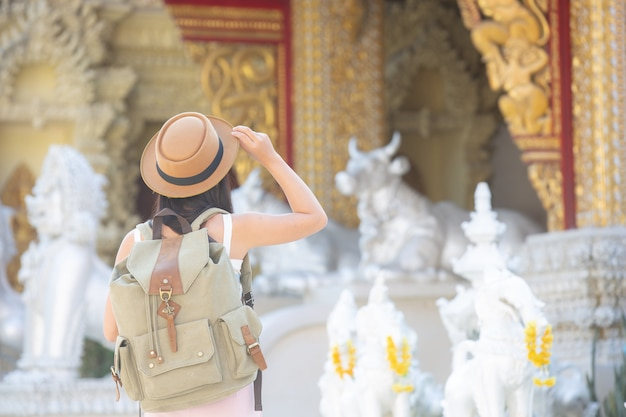 Kobiece turystów podróżują w świątyniach.
